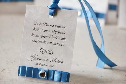 Zawieszka na butelkę, wódka weselna, ślub - Amaretto nr 4 - Perłowe elegancki dodatki z kokardką navy blue i cyrkonią
