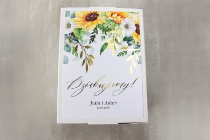 Ślubne pudełko na koperty - Front pudełka ze złotymi gałązkami i słonecznikiem, idealne na ślub latem