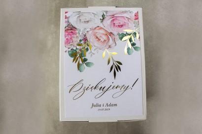 Ślubne pudełko na koperty - Front pudełka ze złotymi gałązkami w delikatnych kolorach różu i bieli