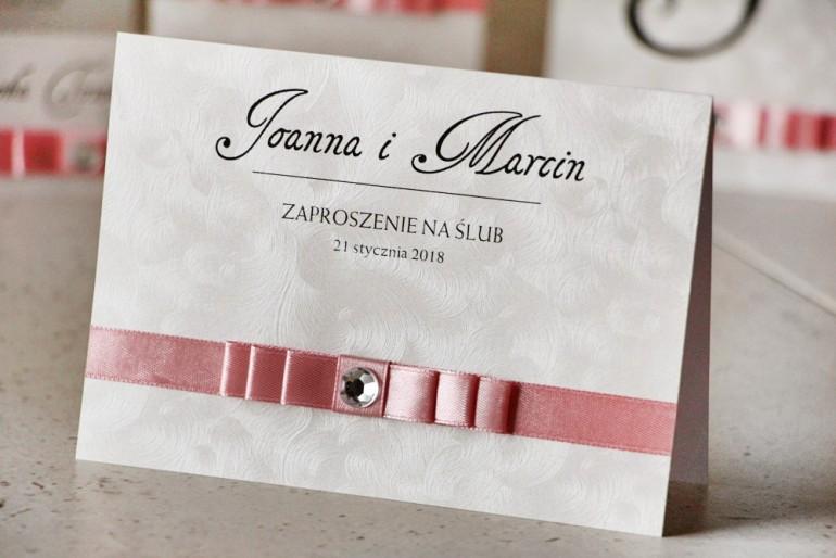 Zaproszenie ślubne z kokardką i cyrkonią - Amaretto nr 5 - Papier perłowy o fakturze piórek, kokardka jasny róż z cyrkonią