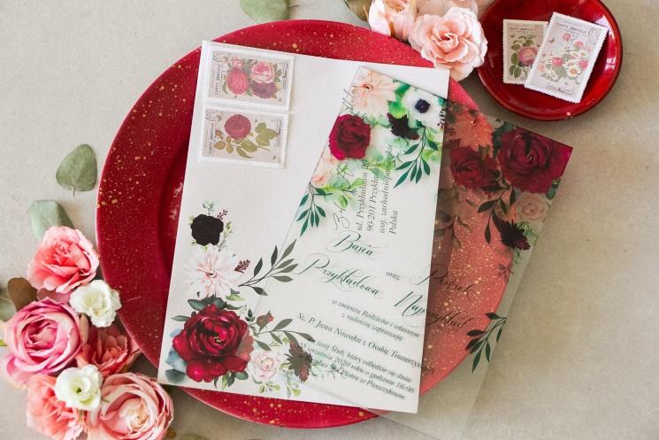 Burgundowe zaproszenia ślubne na szkle z dodatkiem pastelowych dalii i białych anemonów