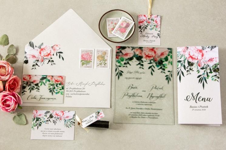 Zaproszenia ślubne na szkle z różowymi piwoniami i różami z dodatkiem gałązek eukaliptusa