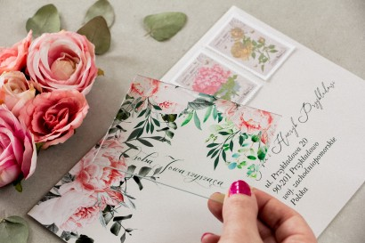 Winietki ślubne na szkle z różowymi piwoniami i różami z dodatkiem gałązek eukaliptusa