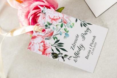 Zawieszki na butelki weselne z różowymi piwoniami i różami z dodatkiem gałązek eukaliptusa