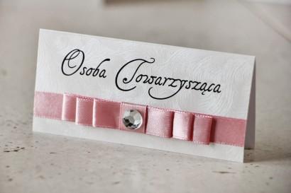Winietki na stół weselny, ślub - Amaretto nr 5 - Perłowy papier z delikatną różową kokardką, pudrowy róż, z cyrkonią