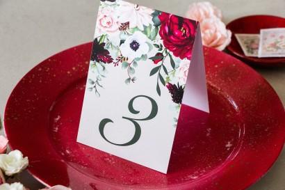 Burgundowy Numery stolików weselnych z dodatkiem pastelowych dalii i białych anemonów
