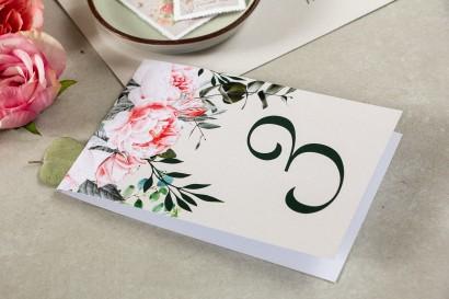 Numery stolików weselnych z różowymi piwoniami i różami z dodatkiem gałązek eukaliptusa