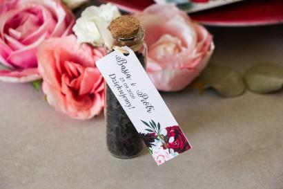 Podziękowania dla Gości w postaci buteleczek z herbatą, burgundowa przywieszka z dodatkiem pastelowych dalii