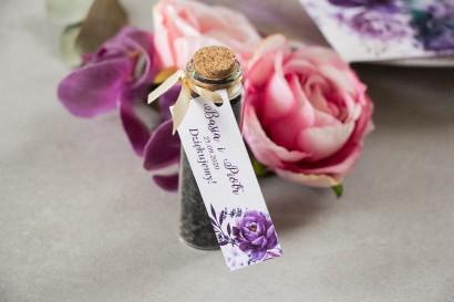 Podziękowania dla Gości w postaci buteleczek z herbatą, fioletowa przywieszka z dodatkiem gałązek lawendy