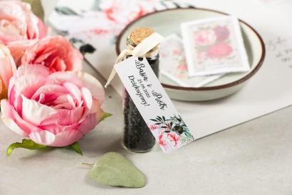 Podziękowania dla Gości w postaci buteleczek z herbatą, przywieszka z różowymi piwoniami i różami