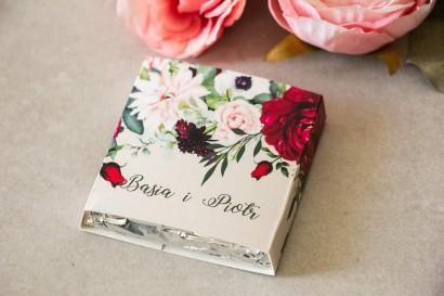 Podziękowanie dla gości weselnych w postaci mlecznej czekoladki, owijka z nadrukiem pastelowych dalii i białych anemonów