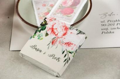 Podziękowanie dla gości weselnych w postaci mlecznej czekoladki, owijka z różowymi piwoniami i różami