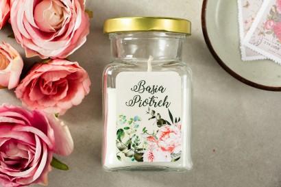 Świeczki - Podziękowania dla gości. Etykieta z różowymi piwoniami i różami z dodatkiem gałązek eukaliptusa