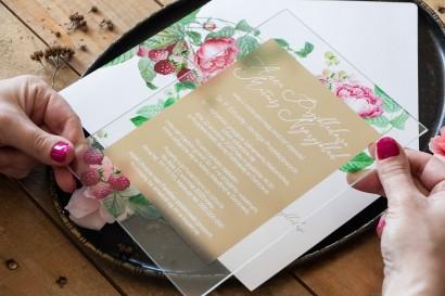 Wiosenno-letnie zaproszenia ślubne na szkle z piwoniami i malinami w otoczeniu delikatnego, kremowego koloru