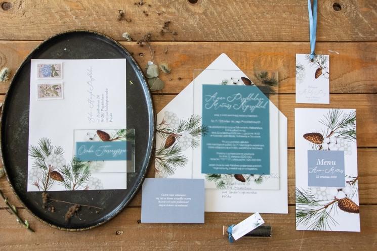 Zimowe zaproszenia ślubne na szkle z iglastymi gałązkami i delikatną bawełną