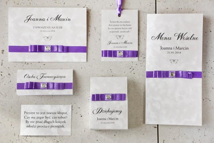 Zaproszenie ślubne z dodatkami - Amaretto nr 7 - Papier perłowy o fakturze piórek, fioletowa kokardka