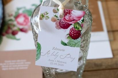 Zawieszki na butelki weselne z piwoniami i malinami