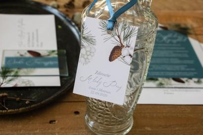 Zawieszki na butelki weselne z iglastymi gałązkami i delikatną bawełną