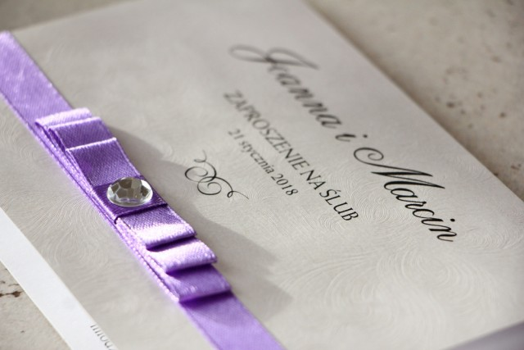 Zaproszenie ślubne z kokardką i cyrkonią - Amaretto nr 7 - Papier perłowy o fakturze piórek, fioletowa kokardka