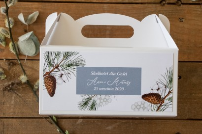Prostokątne Pudełko na Ciasto weselne w niebieskim odcieniu z iglastymi gałązkami i delikatną bawełną