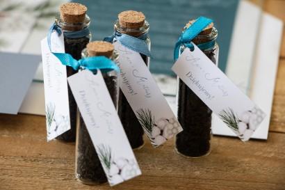 Podziękowania dla Gości w postaci buteleczek z herbatą, przywieszka z iglastymi gałązkami i delikatną bawełną