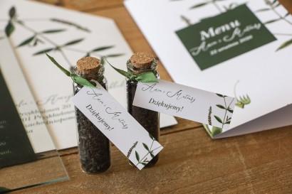 Podziękowania dla Gości w postaci buteleczek z herbatą, przywieszka z zieloną gałązką