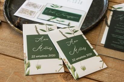 Nasiona - podziękowania, upominki dla gości weselnych z zieloną gałązką na tle butelkowej zieleni