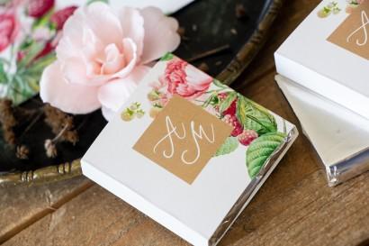 Podziękowanie dla gości weselnych w postaci mlecznej czekoladki, owijka z piwoniami i malinami