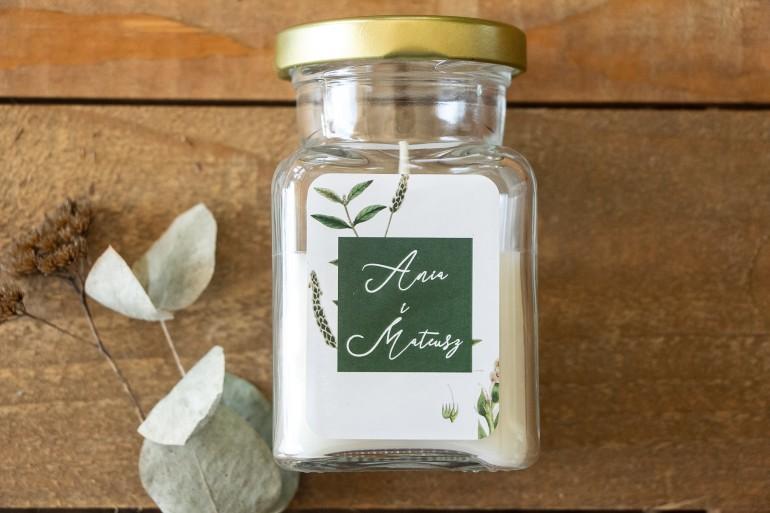 Świeczki - Podziękowania dla gości. Etykieta z zieloną gałązką na tle butelkowej zieleni