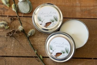 Świeczki Ślubne okrągłe jako Podziękowania dla Gości. Etykieta z iglastymi gałązkami i delikatną bawełną