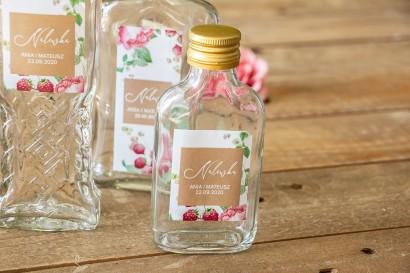 Ślubne Butelki na nalewki - Podziękowania dla Gości. Etykieta z piwoniami i malinami