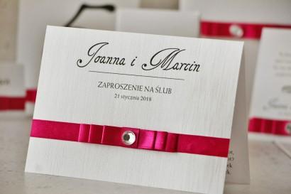 Zaproszenie ślubne z kokardką i cyrkonią - Amaretto nr 8 - Papier perłowy o fakturze lnu z amarantową kokardką