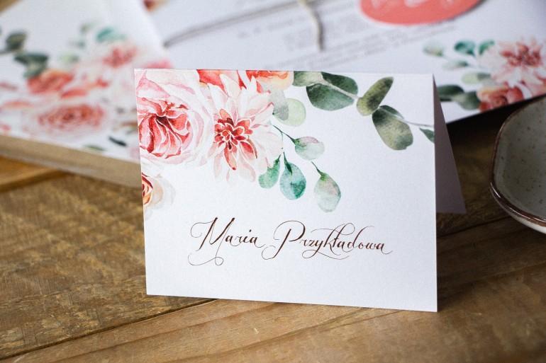 Winietki ślubne, wizytówki z personalizacją na stół weselny z kompozycją delikatnego, różowego bukietu