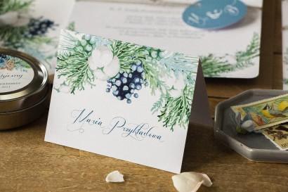 Zimowe Winietki ślubne, wizytówki z personalizacją na stół weselny z motywem bawełny, piernika i niebiesko-zielonych gałązek