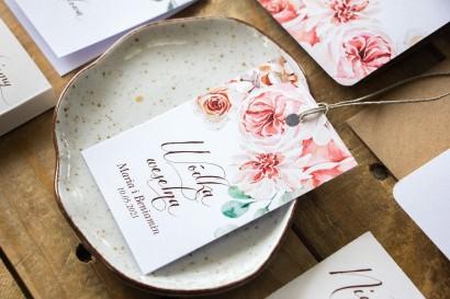 Zawieszki na butelki weselne, dodatki ślubne z kompozycją delikatnego, różowego bukietu