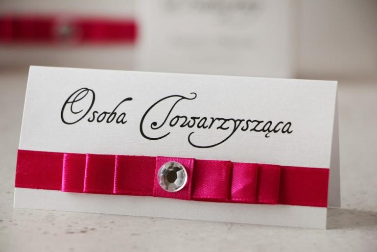 Winietki na stół weselny, ślub - Amaretto nr 8 - Perłowe z intensywnie amarantową kokardką i cyrkonią