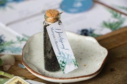 Podziękowania dla Gości w postaci buteleczek z herbatą. Buteleczka z herbatą liściastą, zimowa przywieszka z motywem bawełny