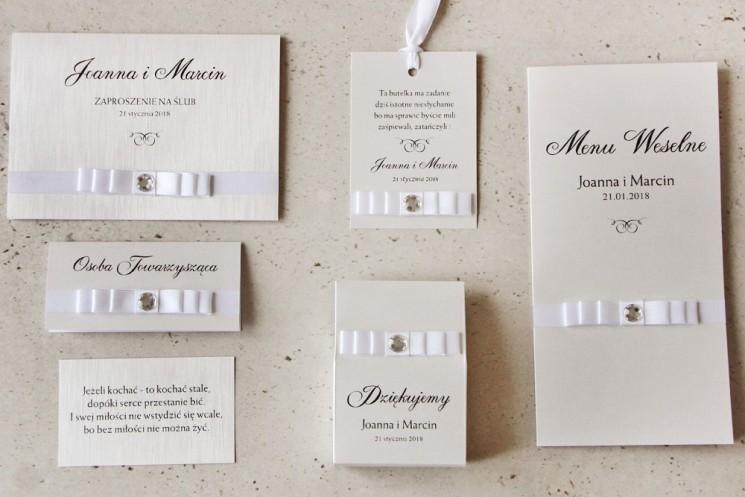 Zaproszenie ślubne z dodatkami - Amaretto nr 9 - Papier perłowy o fakturze lnu, biała kokardka z cyrkonią