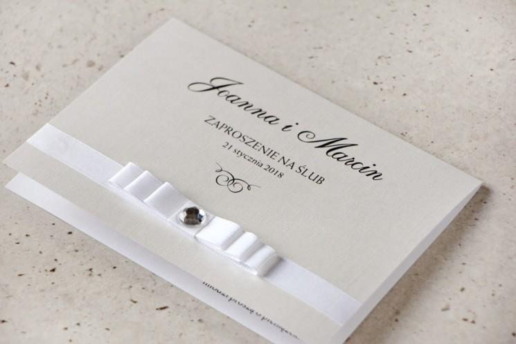 Zaproszenie ślubne z kokardką i cyrkonią - Amaretto nr 9 - Papier perłowy o fakturze lnu, biała kokardka