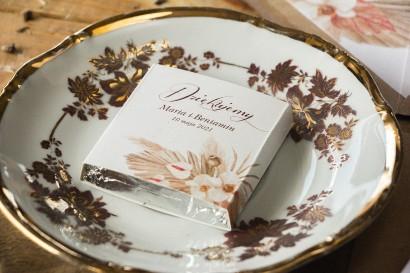 Podziękowanie dla gości weselnych w postaci mlecznej czekoladki, owijka z motywem trawy pampasowej