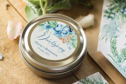 Świeczki Ślubne okrągłe jako Podziękowania dla Gości. Etykieta z motywem bawełny, piernika i niebiesko-zielonych gałązek