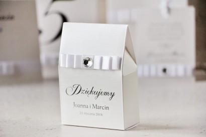 Pudełeczko stojące na cukierki, podziękowania dla Gości weselnych - Amaretto nr 9 - Klasyczna biel i perłowe srebro, z cyrkonią