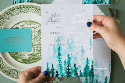 Leśne zaproszenia ślubne z akwarelowym motywem oraz srebrzeniem. Do zaproszeń dołączona jest koperta z leśną grafiką