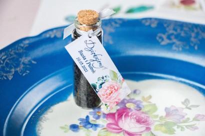Podziękowania dla Gości w postaci buteleczek z herbatą. Przywieszka ze srebrzeniami oraz z piwonią i eukaliptusem