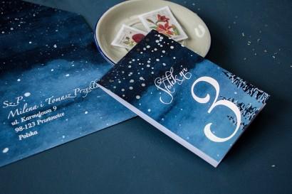 Numery stolików weselnych w stylu glamour ze srebrzonymi kropeczkami i mieniącym się tekstem