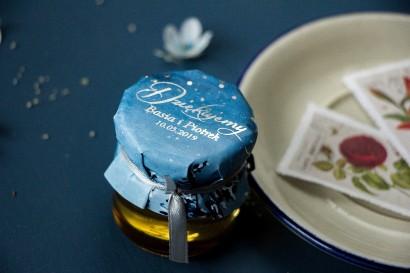 Słoiczek z miodem - słodkie podziękowanie dla gości weselnych. Kapturek w stylu glamour ze srebrzonymi kropeczkami