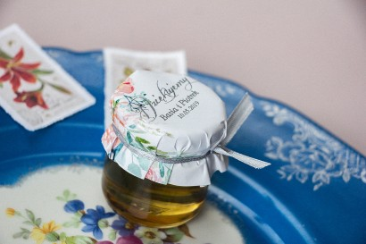 Słoiczek z miodem - słodkie podziękowanie dla gości weselnych. Kapturek w stylu glamour z piwonią i eukaliptusem