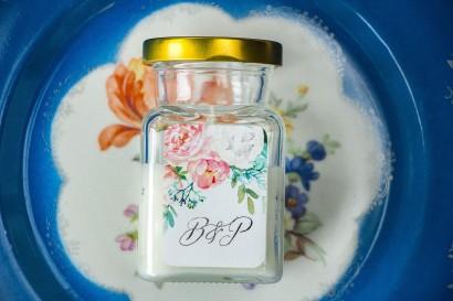 Świeczki - podziękowania dla gości weselnych. Etykieta w stylu glamour ze srebrzeniem oraz z piwonią i eukaliptusem