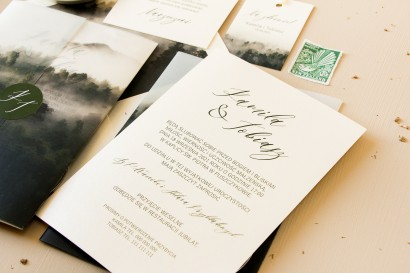 Leśne zaproszenia ślubne z dodatkiem przezroczystej owijki z nadrukiem grafiki