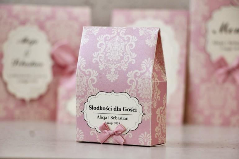Pudełeczko stojące na cukierki, podziękowania dla Gości weselnych - Ornament nr 1 - Pudrowy róż na papierze perłowym z kokardką